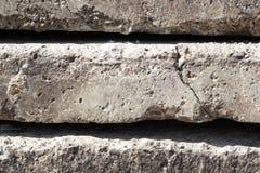 Linjär textur av gråa konkreta tjock skiva med en spricka som överst staplas av de närbildsidosikt begreppsm?ssig eller metaforv? royaltyfri fotografi