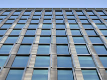 Linjära blåa skyskrapafönster Royaltyfria Foton
