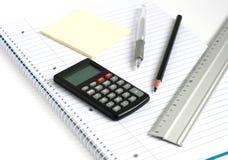 linjal för blyertspenna för räknemaskinanteckningsbokpenna fotografering för bildbyråer