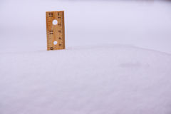 Linjal i snö tio tum Royaltyfri Foto