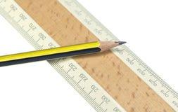 Linjal- och blyertspennacloseup royaltyfria foton