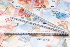 Linjal på en bakgrund av pengar royaltyfri bild