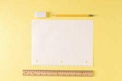 Linjalen och ett tomt ark av anteckningsboken skyler över brister fotografering för bildbyråer