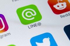 Linje applikationsymbol på närbild för skärm för Apple iPhone X Linje app-symbol Linjen är ett online-socialt massmedianätverk So Royaltyfri Fotografi