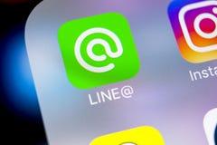 Linje applikationsymbol på närbild för skärm för Apple iPhone X Linje app-symbol Linjen är ett online-socialt massmedianätverk So Fotografering för Bildbyråer