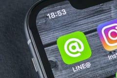 Linje applikationsymbol på närbild för skärm för Apple iPhone X Linje app-symbol Linjen är ett online-socialt massmedianätverk So Royaltyfri Foto