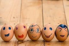 Linje av ägg med den olika ansiktsbehandlingen Royaltyfria Foton