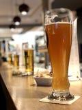 Linje av öl på en stångräknare royaltyfria bilder