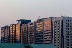 Linje av byggnader i Abu Dhabi, UAE royaltyfri fotografi