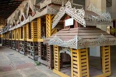 Linje av dekorativa hem- modeller på den buddistiska templet royaltyfria foton