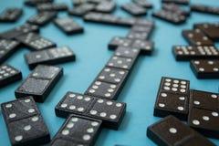 Linje av dominobrickastycken på den blåa bakgrunden royaltyfri foto