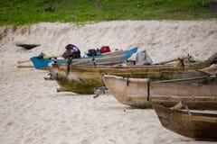 Linje av fartyg som ankras på den Mandorak stranden Arkivfoton