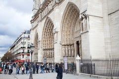 Linje av folk på Notre Dame Arkivfoto