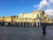 Linje av folk som väntar för att få in i Versailles på en vintereftermiddag, Frankrike Arkivbilder
