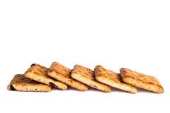 Linje av fyrkantiga kakor som isoleras över viten Arkivbild