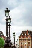 Linje av gatalampor i Paris, romantisk stad Royaltyfria Foton