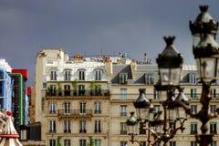 Linje av gatalampor i Paris, romantisk stad Arkivfoto