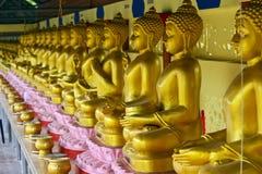 Linje av guld- buddha bilder i sydliga Thailand royaltyfri foto