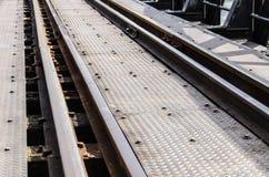 Linje av järnvägen i bron av floden Kwai i Thailand Royaltyfri Foto