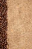 Linje av kaffebönor och burlap royaltyfri fotografi