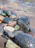 Linje av kiselstenstenar på stranden royaltyfria foton