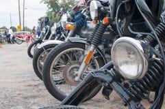 Linje av klassiska kaféracerbilmotorcyklar Royaltyfria Foton