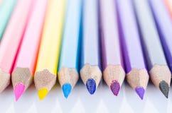 Linje av kulöra blyertspennor med skugga Royaltyfria Bilder