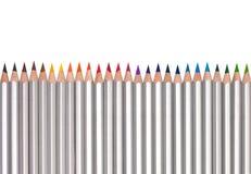 Linje av kulöra blyertspennor som isoleras på vit Royaltyfri Fotografi