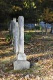 Linje av lantliga kyrkogårdgravstenar Arkivbilder