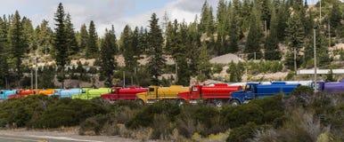Linje av lastbilar i åtskilliga färger Royaltyfri Fotografi