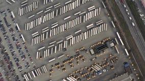 Linje av lastbilar och sl?p fr?n ?ver p? en lastterminal lager videofilmer