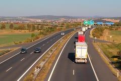 Linje av lastbilar på huvudvägen Royaltyfri Fotografi