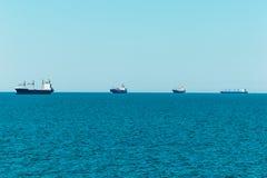 Linje av lastskyttlar på horisontseglingen till Hamburg royaltyfria foton