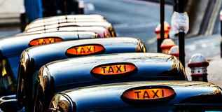 Linje av London taxitaxiar Arkivbilder