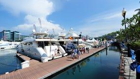 Linje av lyxiga yachter på skärm på den Singapore yachtshowen 2013 Arkivfoto