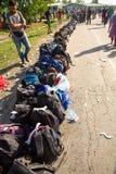 Linje av påsar av flyktingar som väntar i Tovarnik Royaltyfri Fotografi
