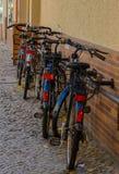Linje av parkerade cyklar i den Berlin gatan Arkivbild