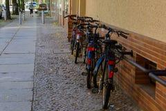 Linje av parkerade cyklar i den Berlin gatan Royaltyfri Bild