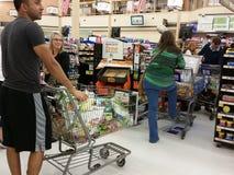 Linje av shoppare som väntar för att kontrollera ut Royaltyfri Fotografi