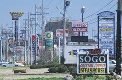 Linje av snabbmatrestauranger och bensinstationar Arkivfoto