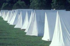 Linje av tält under reenactment av kriget för amerikansk revolutionär, nya Windsor, NY Arkivbilder