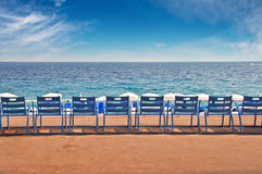 Linje av tomma stolar på den engelska promenaden i staden av trevliga Frankrike Royaltyfri Bild