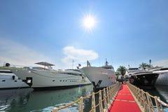 Linje av toppna lyxiga yachter på den Singapore yachtshowen 2013 Fotografering för Bildbyråer