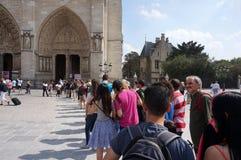 Linje av turister på Notren Dame Cathedral arkivbild