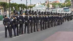 Linje av vakter med pälshattar på en gata i Stockholm Royaltyfri Bild