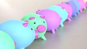 Linje av Vibrantly kulöra Piggybanks på enkla ljusa Grey Surface Stock Illustrationer