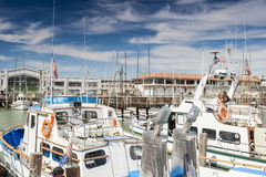 Linje av yachter i San Francisco Pier-39 i Kalifornien Royaltyfri Fotografi