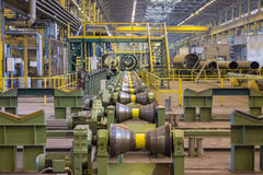 Linje för rullande rör av en stor diameter på fabriken royaltyfria bilder