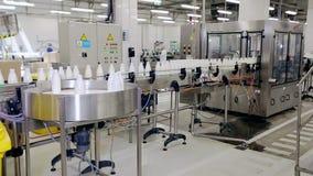 Linje för tillverkning för dryckbransch Mjölka flaskor på transportbandet arkivfilmer