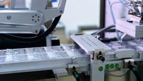 linje farmaceutisk produktion Robotic arm på den medicinska tillverkningslinjen lager videofilmer